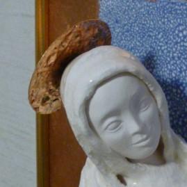 Мельник Е.А. Мадонна с младенцем (фрагмент). 30 х 24 см. керамика, глазури, дерево, поталь