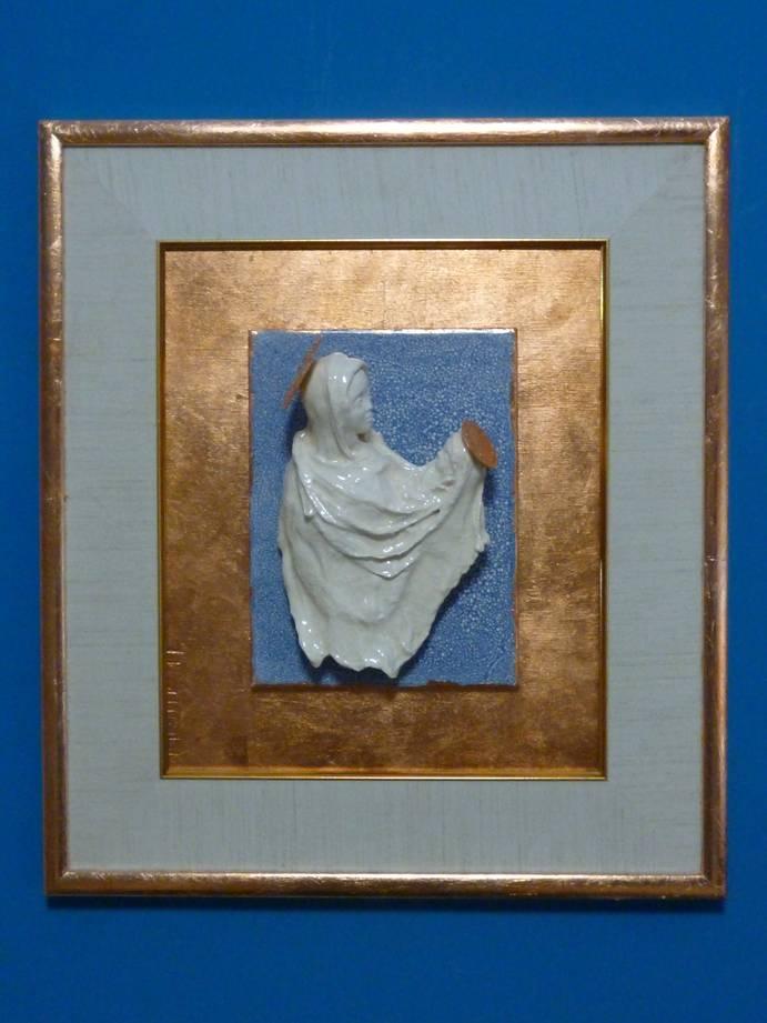 Мельник Е.А. Мадонна с младенцем. 30 х 24 см. керамика, глазури, дерево, поталь.