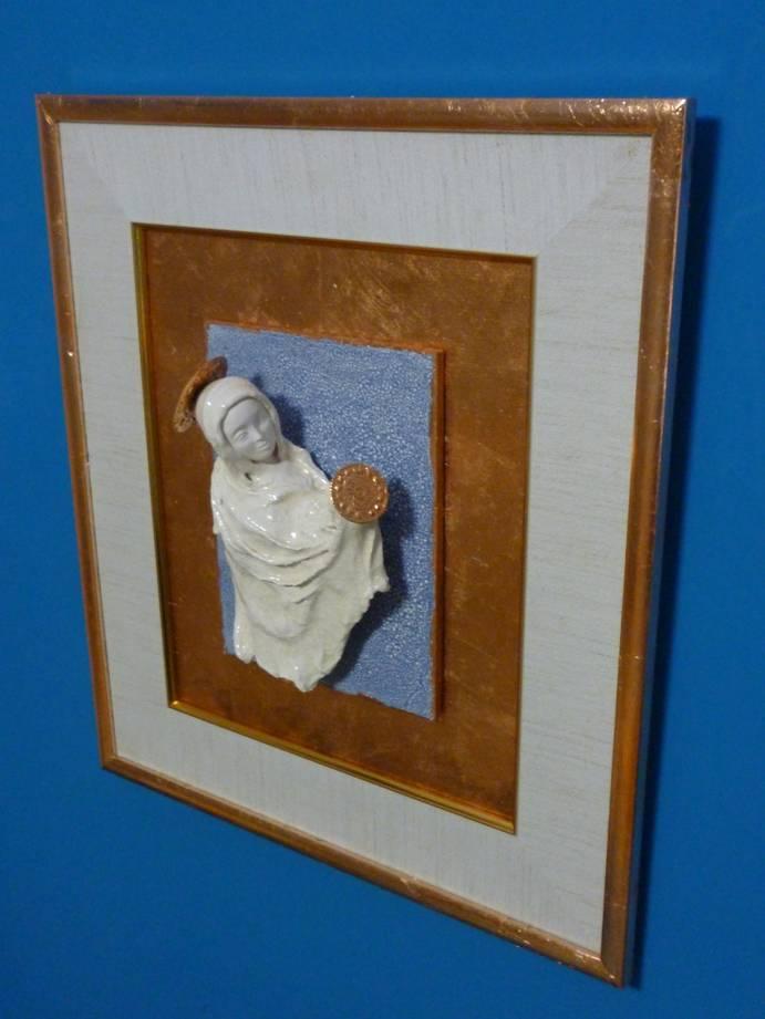 Мельник Е.А. Мадонна с младенцем. 30 х 24 см. керамика, глазури, дерево, поталь